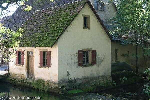 Romantic-little-cottage-_